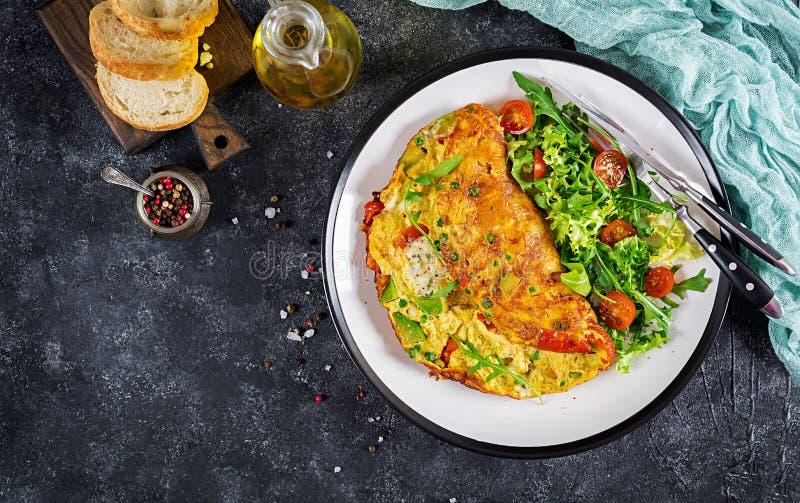 煎蛋卷用蕃茄、鲕梨、青纹干酪和绿豆 库存照片