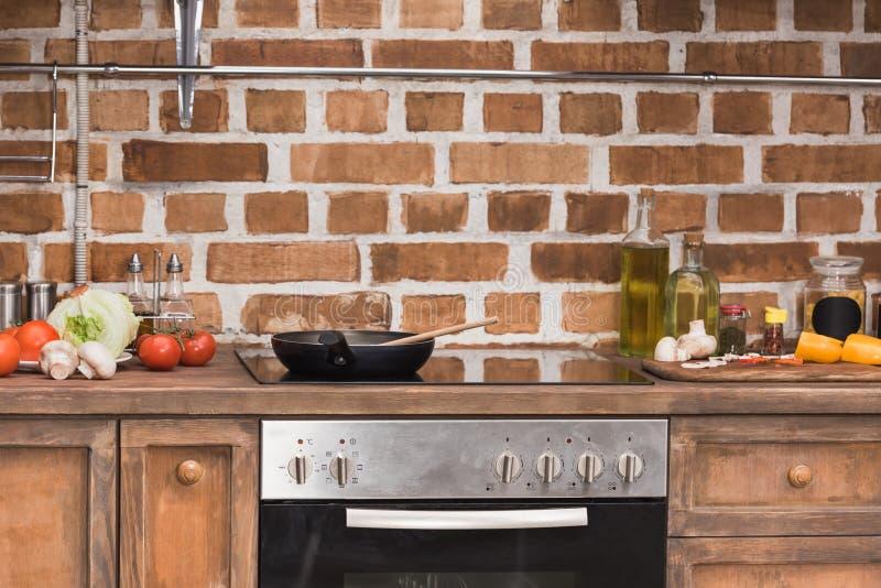 煎锅和木小铲在火炉 库存照片