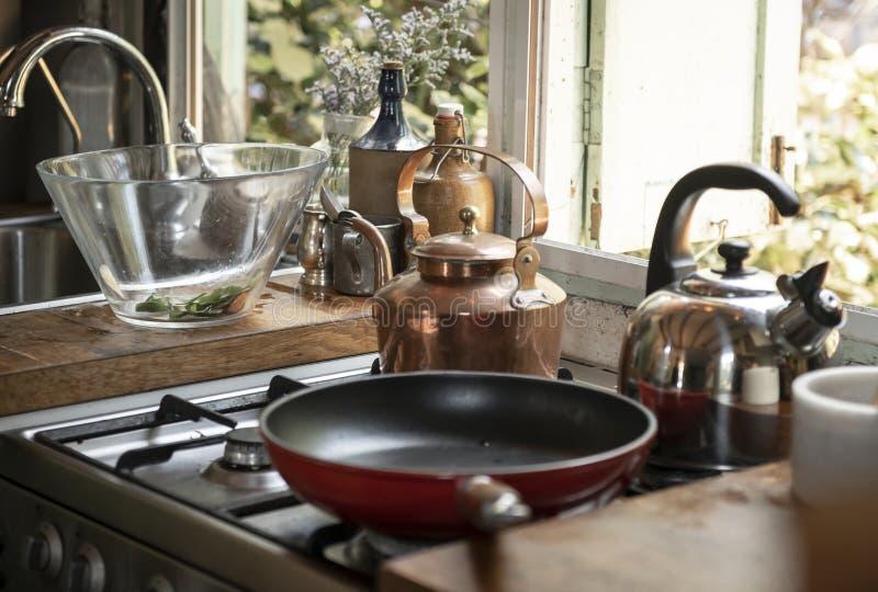 煎锅和水壶在火炉 库存图片