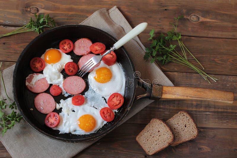 煎锅用жарÐΜÐ ½ Ð ½ Ñ ‹Ð ¼ и鸡蛋和香肠 免版税库存图片