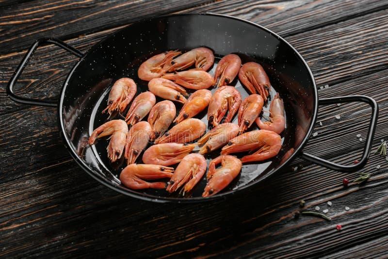 煎锅用在桌上的虾 免版税库存图片