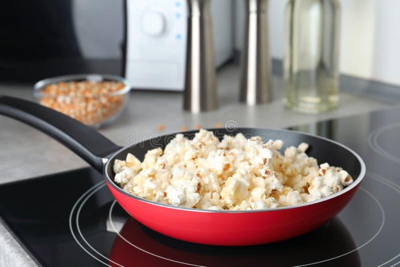 煎锅用在火炉的鲜美玉米花 免版税库存图片