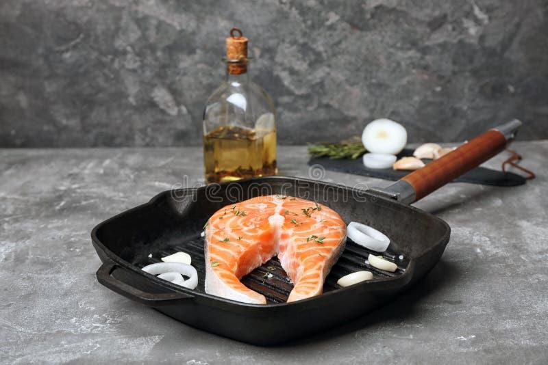 煎锅用新鲜的未加工的鲑鱼排 库存照片