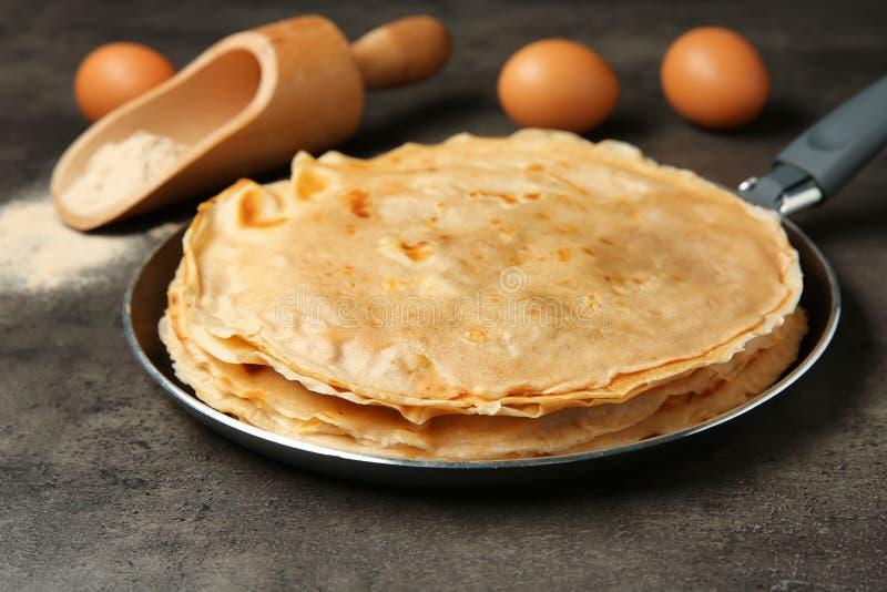 煎锅用鲜美荞麦变薄薄煎饼 免版税库存照片