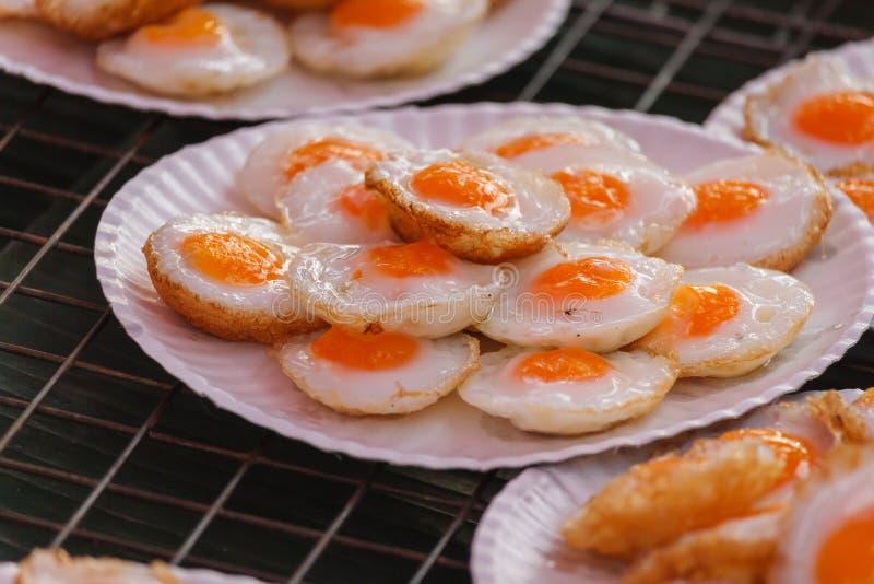 煎鹌鹑蛋或煎的鹧鸡蛋, 免版税库存图片