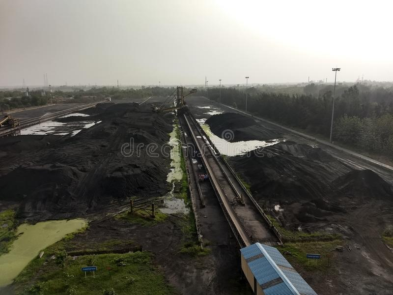 煤炭在产业的贮存区 免版税库存照片