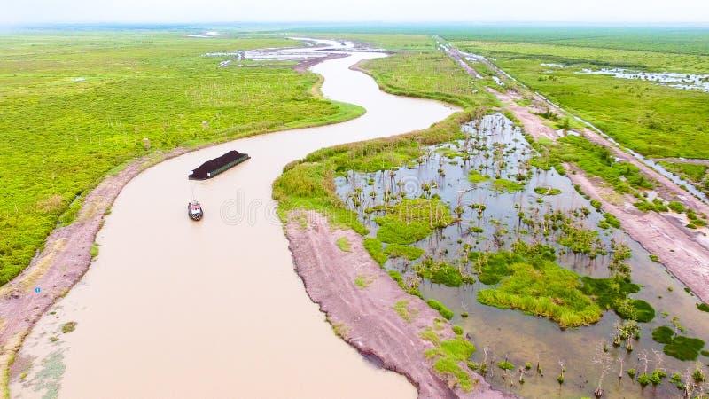煤炭在婆罗洲的河 免版税库存图片