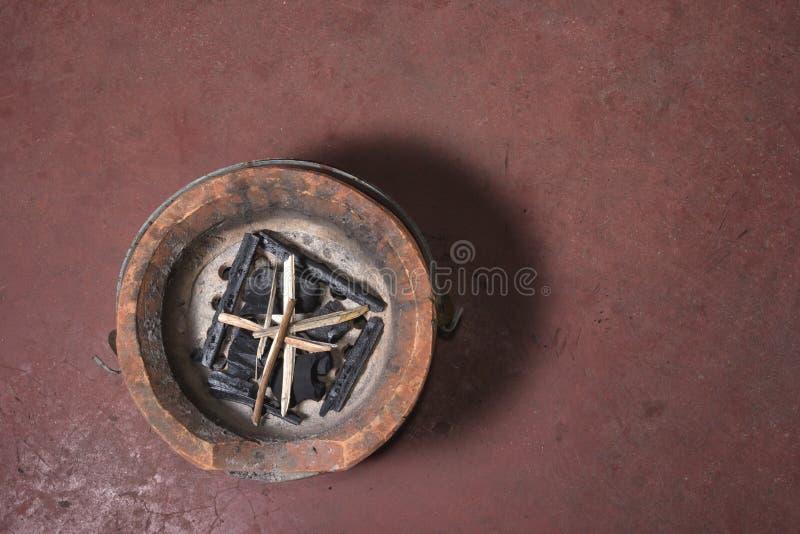 煤炭火炉和木柴 免版税库存照片