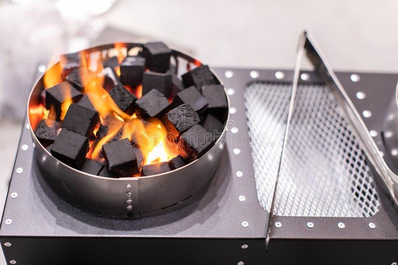 煤炭的燃烧的电火炉Shisha发光的 免版税库存图片