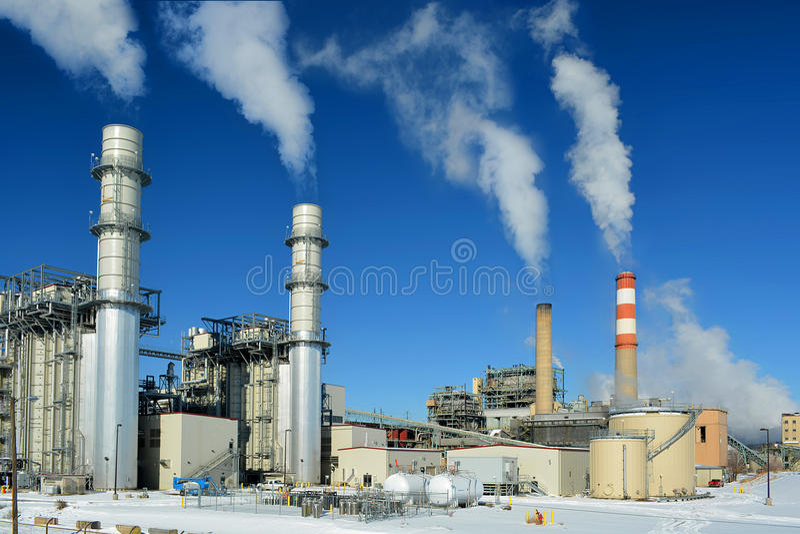 煤炭矿物燃料能源厂烟窗在一冷的斯诺伊天散发二氧化碳污染 免版税库存图片