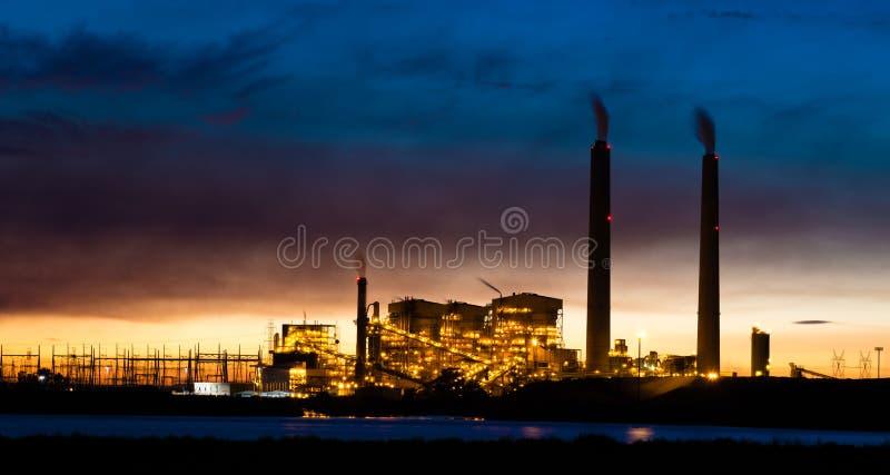 煤电植物在晚上 库存图片