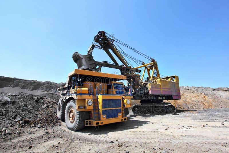 煤矿开采 挖泥机装载卡车煤炭 库存图片