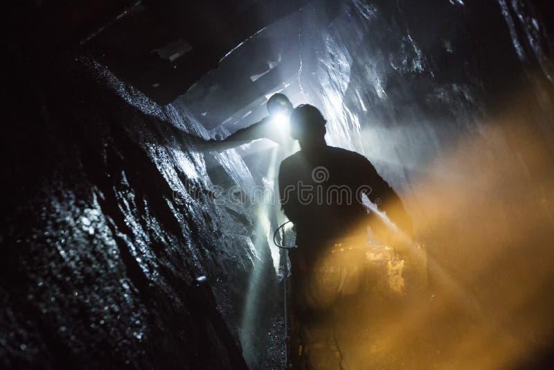 Download 煤矿 编辑类库存图片. 图片 包括有 系列, 商业, 专业人员, 建筑, 抢救, 白天, 搜索, 希望 - 102642639