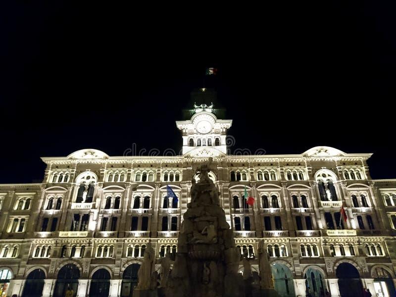 照亮,夜在的里雅斯特,意大利,欧洲香港大会堂  图库摄影