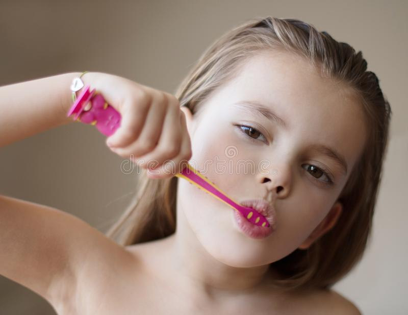 照料她的从年轻的牙 免版税库存照片