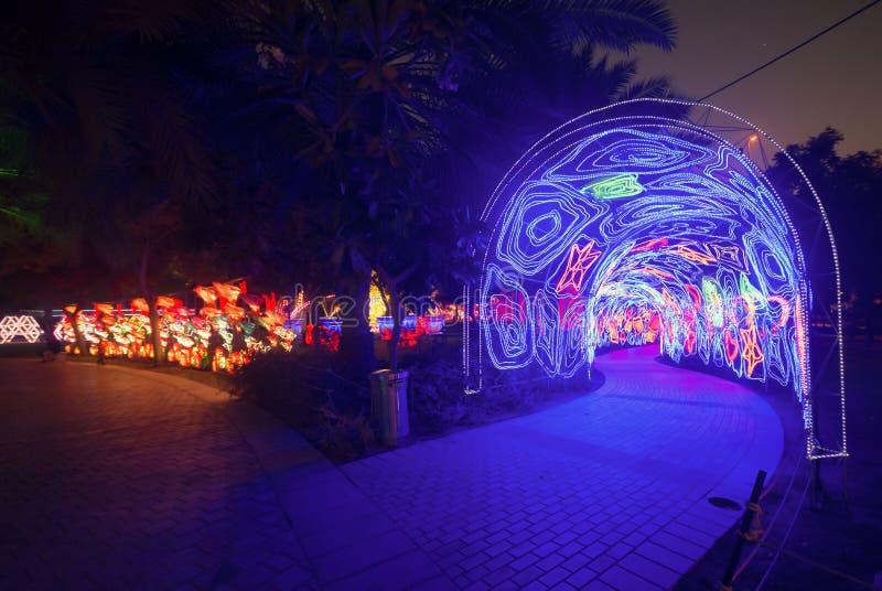 照明在迪拜庭院焕发的照明设备安排 库存图片
