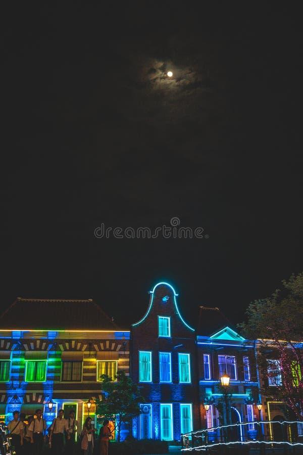 照明大厦和月亮在天空 免版税图库摄影