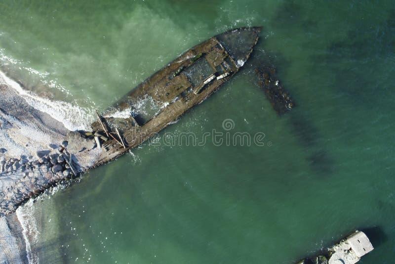 照片一艘老木船的遗骸 免版税库存图片