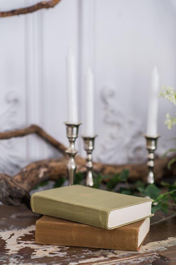 照片写真的浪漫秋天风景 旧书,绿色分支,蜡烛 免版税图库摄影