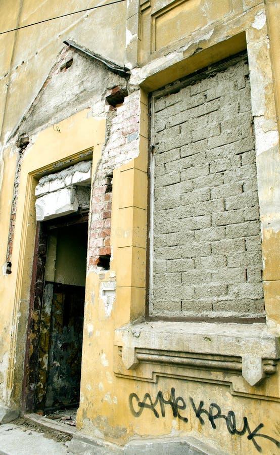 照片墙壁黄色灰色窗口门装饰老葡萄酒图表 免版税图库摄影