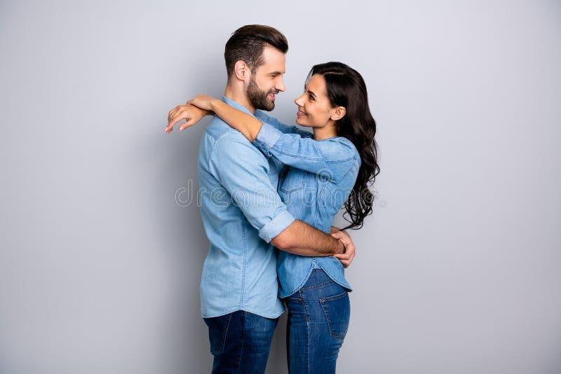 照片外形侧视图在牛仔布衣物高兴的舒适舒适美好的夫妇富感情热情被隔绝  免版税库存照片