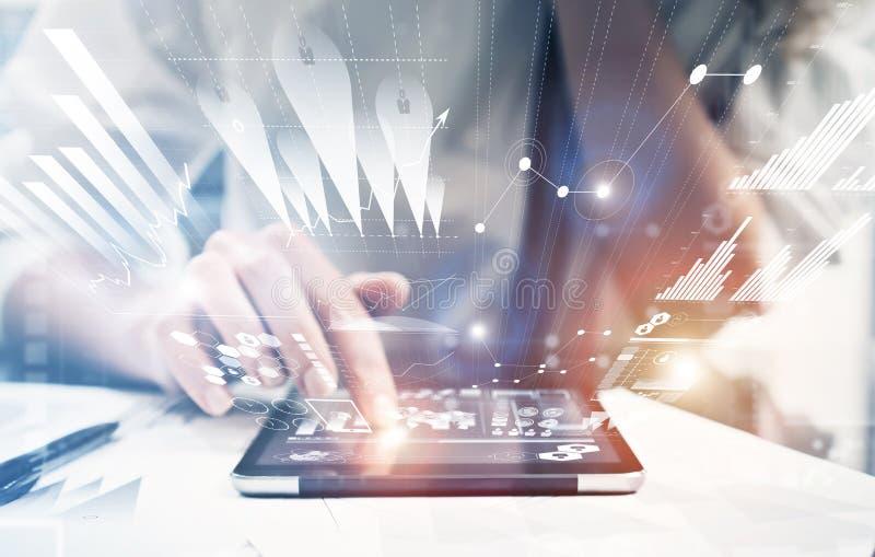 照片女性手感人的现代片剂 工作新的私人银行业项目办公室的投资管理人员 使用电子 免版税库存照片