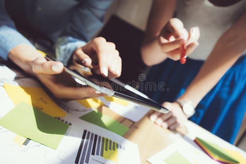 照片妇女手触摸屏数字式片剂 研究过程的项目顶头经理 年轻企业乘员组工作新 免版税图库摄影