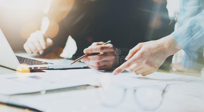 照片工作现代办公室的工友队 使用普通设计膝上型计算机的人拿着铅笔 新帐户经理的工作 免版税库存照片