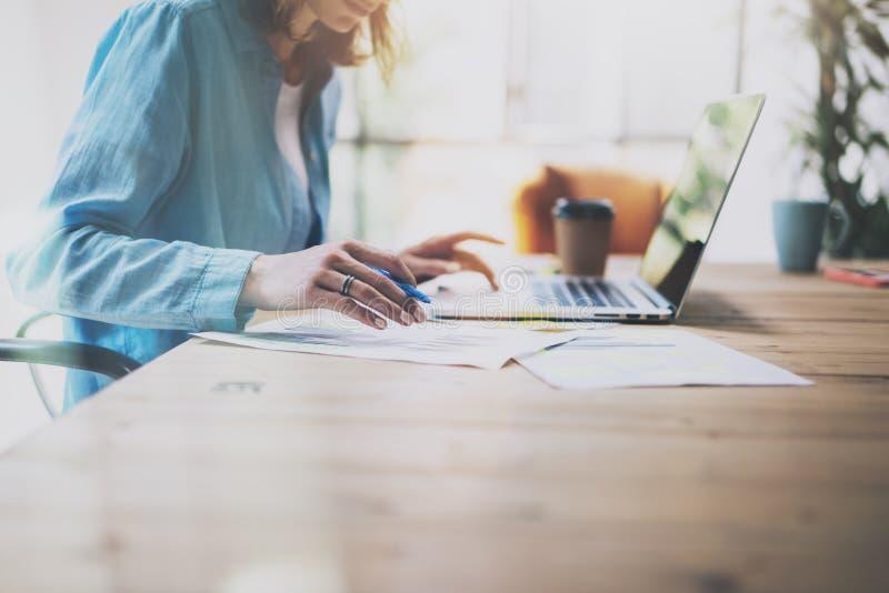 照片工作现代办公室的销售主任 妇女用途普通设计膝上型计算机和举行铅笔 新会计科的工作 图库摄影