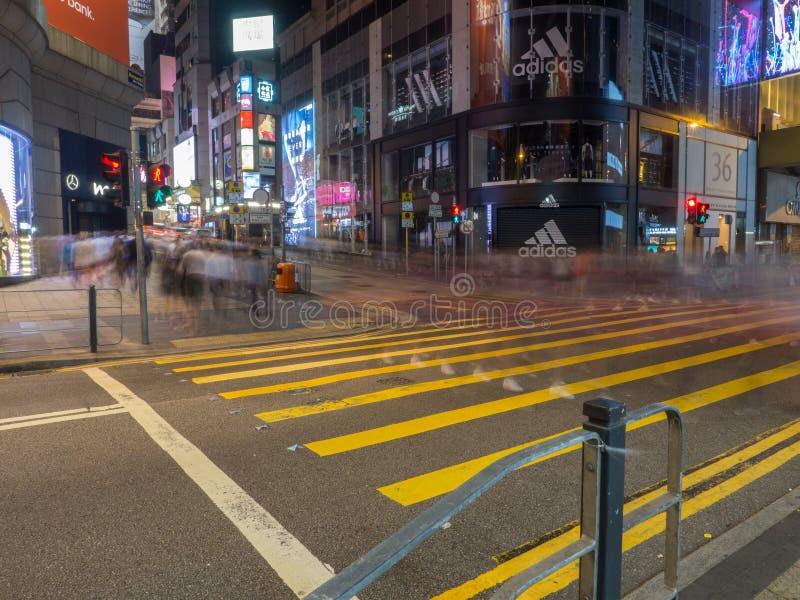 照片拍与行人交叉路的一张缓慢的快门速度在中央的皇后大道 库存照片