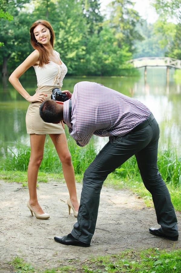 照片摄影师采取年轻人 免版税库存图片