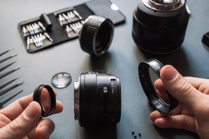 照片摄象机镜头修理集合 技术员工程师 免版税库存图片