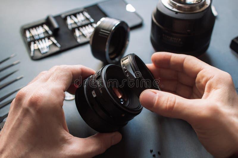 照片摄象机镜头修理集合 技术员工程师 免版税库存照片