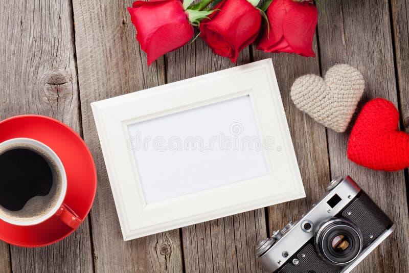 照片框架、玫瑰和情人节心脏 免版税库存图片
