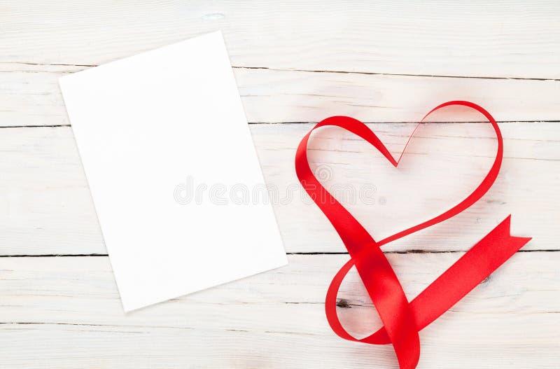 照片框架或礼品券与华伦泰心形的丝带 免版税库存照片