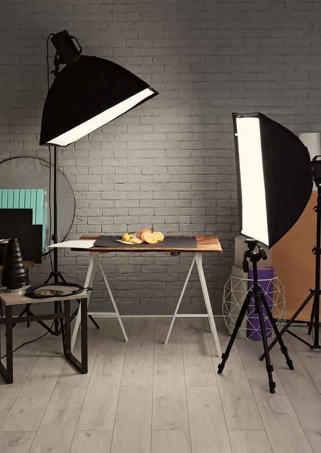 照片演播室用专业照明设备 免版税库存照片