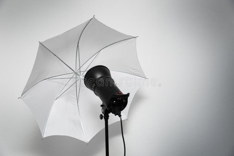 照片演播室闪电-与白色伞的闪光灯闪光 库存图片