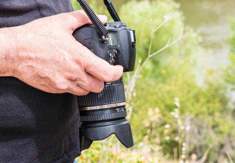 照片照相机在手中摄影师走 免版税库存图片