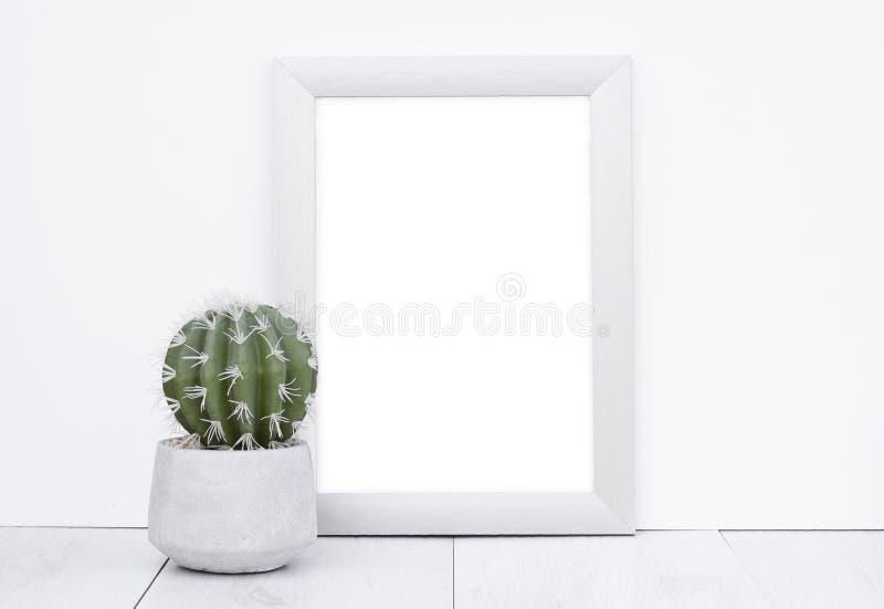 照片白色墙壁背景木灰色地板的框架嘲笑与 免版税库存图片