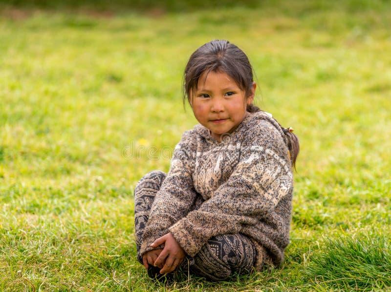 照片的一个秘鲁孩子姿势在一所地方学校 免版税图库摄影