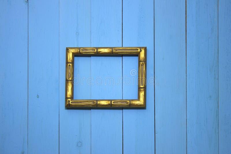 照片的空的金在墙壁上的框架或图片 免版税库存图片