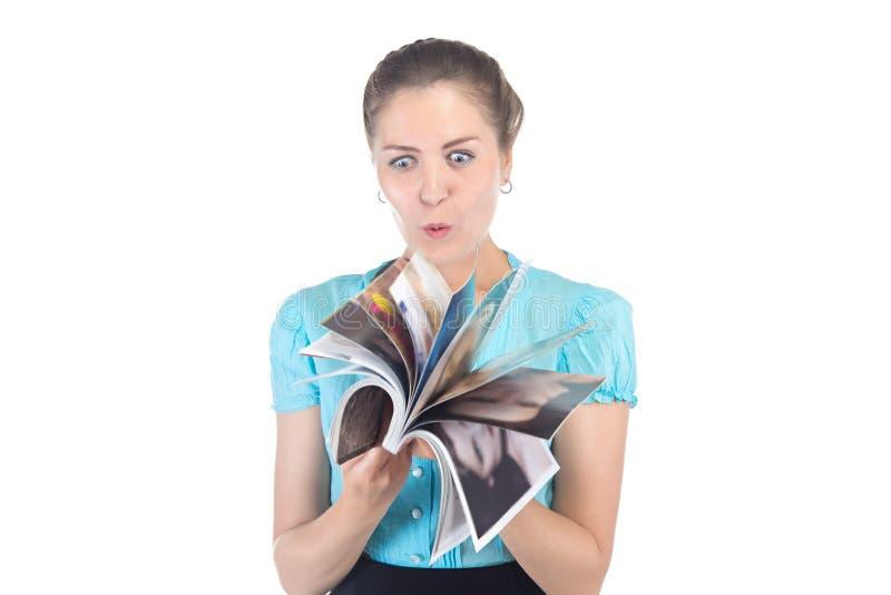 照片看杂志的惊奇的妇女 图库摄影