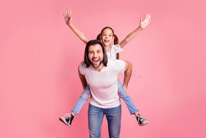 照片美丽可爱的关闭她她的小夫人他他他的爸爸爸爸举行一点公主扛在肩上手胳膊 库存图片