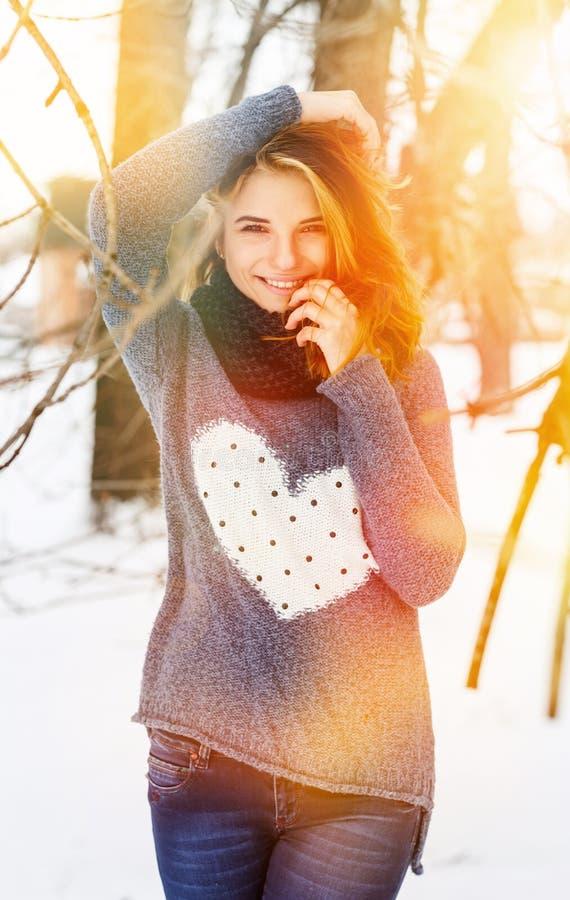 照片美丽的妇女在冬天公园 图库摄影