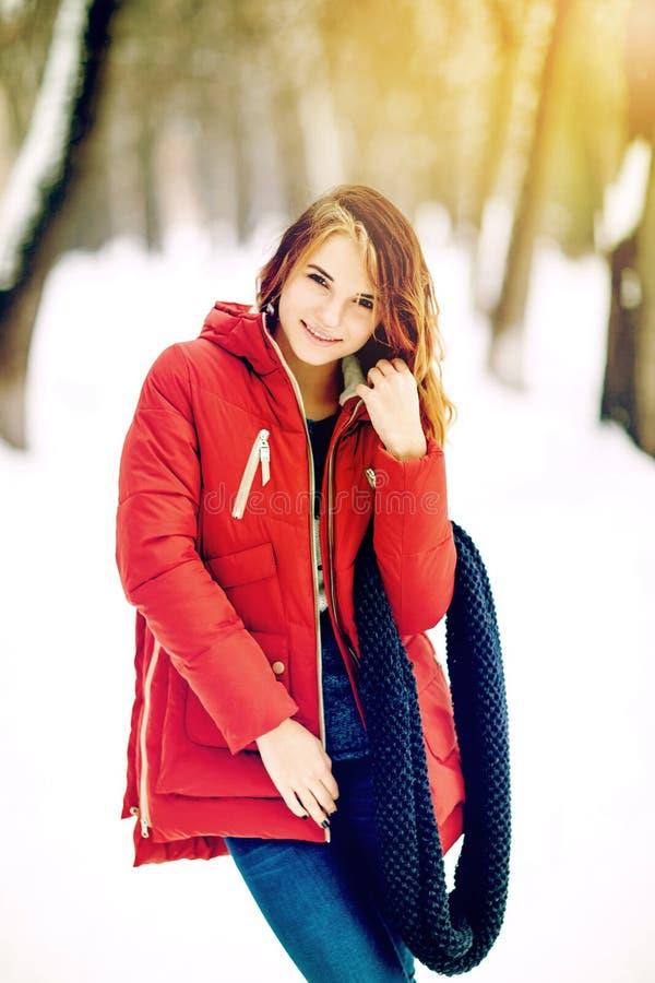 照片美丽的妇女在冬天公园 免版税库存照片