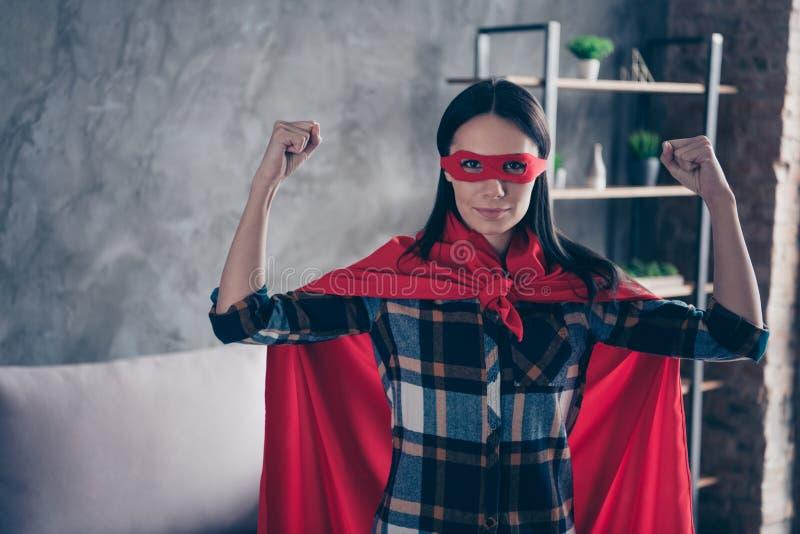 照片美丽质朴的关闭她她的超级大国夫人动态漫画服装妇女平等权利概念强的手 免版税库存图片