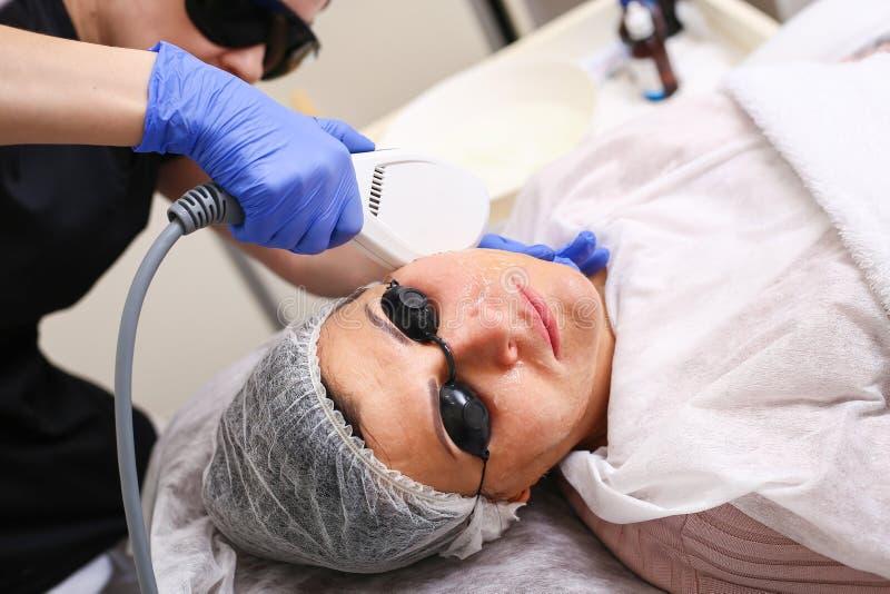 照片脸面护理疗法 防皱做法 库存图片