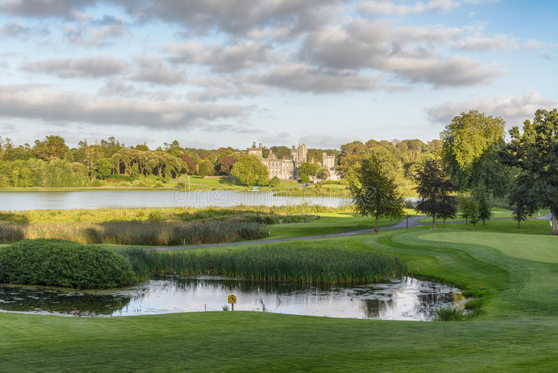 照片著名五星dromoland城堡旅馆和高尔夫俱乐部 库存图片