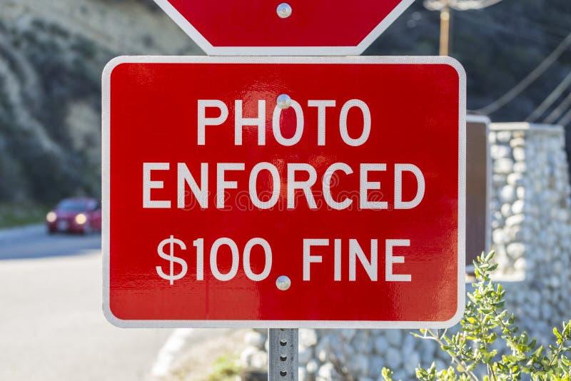 照片被强制执行的停车牌警告 免版税库存图片