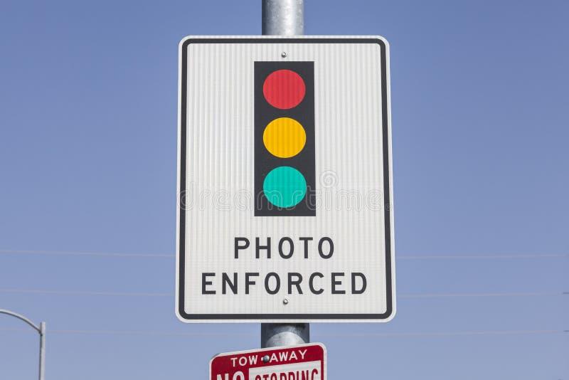 照片被强制执行的红绿灯标志 免版税库存照片